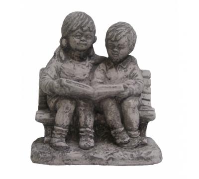 Jongen en meisje op bankje klein